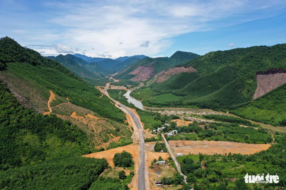 Ngắm cao tốc La Sơn - Túy Loan xuyên vườn quốc gia